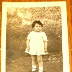 Fotografía antigua: FOTO POSTAL NIÑA AÑOS 40-50. Lote 37284458