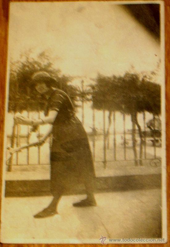 FOTO POSTAL MUJER JUGANDO AL TENIS AÑOS 30-40 (Fotografía Antigua - Tarjeta Postal)