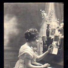 Fotografía antigua - Postal fotográfica joven tocando el piano. Circulada - 37352651