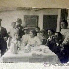 Fotografía antigua: FOTOGRAFIA ANTIGUA. TARJETA POSTAL. COMIDA DE FAMILIA. TORRENTE. 1930S. Lote 37991777