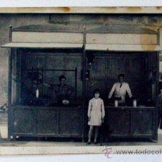 Fotografía antigua: BARCELONA CATALUÑA UNA CHURRERIA LA CALLE. AÑOS 30. Lote 37882261