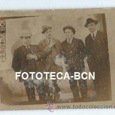 Fotografía antigua: ESCENA COSTUMBRISTA HOMBRES REUNIDOS CARTEL DEL TIBIDABO BARCELONA - 9 X 7 CM. Lote 38093198