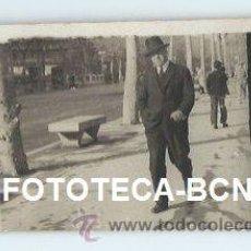 Fotografía antigua: ESCENA COSTUMBRISTA HOMBRE PASEANDO ¿ PASEO DE GRACIA BARCELONA ? - 9 X 5 CM. Lote 38093223