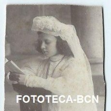 Fotografía antigua: ESCENA COSTUMBRISTA NIÑA VESTIDA DE PRIMERA COMUNION - 7 X 10 CM. Lote 38093263