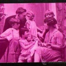 Fotografía antigua: POSTAL FOTOGRAFÍA ANTIGUA COLOREADA. GRUPO FAMILIAR . CIRCULADA.. Lote 38415454