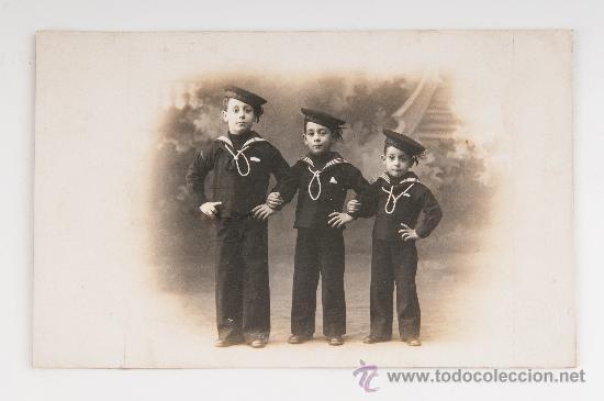 TARJETA POSTAL TRES NIÑOS CON TRAJE MARINERO, MARINE FOTOGRAFO BARCELONA CON SELLO GRABADO (Fotografía Antigua - Tarjeta Postal)