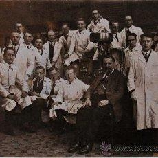Fotografía antigua: TARJETA POSTAL ANTIGUA. GRUPO DE SEÑORES CON BATAS DE MÉDICO . Lote 39221580