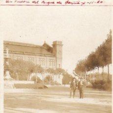 Photographie ancienne: FOTOGRAFIA TOMADA EN UN PARQUE DE BARCELONA. Lote 39314544