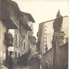 Fotografía antigua: PS3297 TARJETA POSTAL DE CALLE DE PUEBLO DE CATALUÑA. ANIMADA. SIN REFERENCIAS. Lote 39486000