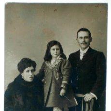 Fotografía antigua: FOTO POSTAL FAMILIA PADRE MADRE NIÑA ABRIGO PIELES ERNESTO MADRID PP S XX SIN CIRCULAR. Lote 39951995