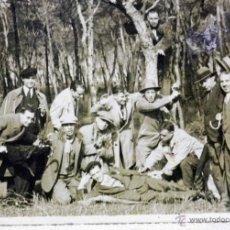 Fotografía antigua: FOTOGRAFÍA, TARJETA POSTAL, REUNIÓN DE AMIGOS, BOSQUE O PARQUE, 1930S. Lote 40863086