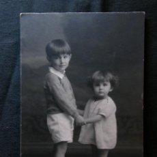 Fotografía antigua: FOTOGRAFÍA NIÑO Y NIÑA HERMANOS TARJETA POSTAL SIN CIRCULAR SIN DIVIDIR MADRID KAVLAK FINALES S. XIX. Lote 40902499