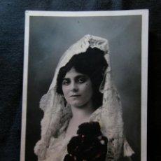 Fotografía antigua: FOTOGRAFÍA MUJER JOVEN MANTILLA BLANCA CLAVELES COLOREADOS FOTÓGRAFO REYES MANILA DEDICADA 1913. Lote 40904729