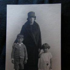 Fotografía antigua: FOTOGRAFÍA TARJETA POSTAL ESPAÑA KAVLAK MADRID MUJER CON SOMBRERO CON SUS DOS HIJOS 14X9 CM. Lote 40905311