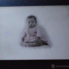 Fotografía antigua: MUY ANTIGUA Y BONITA FOTOGRAFÍA DE BEBE - COLOREADA - SOBRE TARJETA POSTAL - MUY GRUESA - 1928 -. Lote 41085494