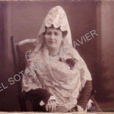 Fotografía antigua: PRECIOSA POSTAL FOTOGRAFICA DE UNA SEÑORA CON MANTILLA BLANCA - FECHADA EN 1917. Lote 41273026