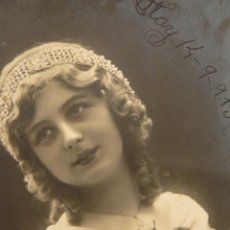 Fotografía antigua: POSTAL DE MUJER CON RAMO DE FLORES 1913. Lote 41360975