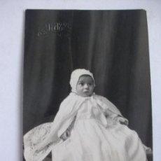 Fotografía antigua: RETRATO DE BEBÉ CON MANTILLAS , AÑOS 10 . FOTOGRAFO: ESQUEMBRE , ELCHE .... Lote 41370017