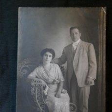 Fotografía antigua: FOTOGRAFÍA MATRIMONIO DEDICADA REVERSO 18 MAYO 1913 14 X 9 CM . Lote 41376324