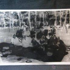 Fotografía antigua: TARJETA POSTAL FOTOGRÁFICA MERIENDA EN EL CAMPO PICNIC LA FOTO ESTA VELADA 14 X 9 CM. Lote 41377230