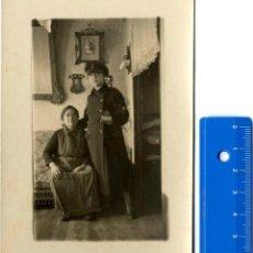 Fotografía antigua: FOTO MILITAR Y FAMILIA EN CASA SIN FOTÓGRAFO . Lote 42450593