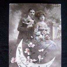 Fotografía antigua: POSTAL JOVENES EN JARDIN SOBRE LUNA Y FLORES ROSAS COLOREADA FELICITACION DE HABANA A HABANA 1912. Lote 42866826