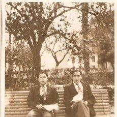Fotografía antigua: FOTOGRAFIA POSTAL. DOS JOVENES SENTADOS. Lote 42871965