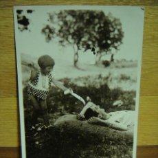 Fotografía antigua: JUGANDO CON PAPA - AÑO 1934. Lote 43325756