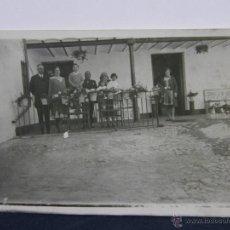 Fotografia antiga: FOTOGRAFÍA RETRATO FAMILIAR EN PORCHE DE CASA DE CAMPO ESCRITA REVERSO CASERÓN EL LENTISCO 14 X 9 CM. Lote 43331572