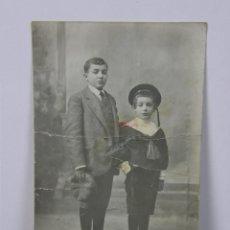 Fotografía antigua: FOTOGRAFÍA RETRATO NIÑOS HERMANOS NIÑO VESTIDO PRIMERA COMUNIÓN ESCRITA REVERSO 14 X 9 CM . Lote 43332036