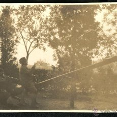 Fotografía antigua: JUGANDO EN UN BALANCIN. Lote 43341471