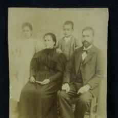 Fotografia antiga: FOTOGRAFÍA RETRATO FAMILIA HOMBRE MUJER CON DOS NIÑOS PRINCIPIOS SIGLO XX 16X11CM. Lote 43346017