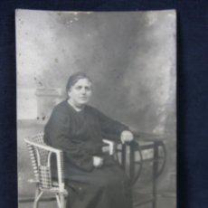Fotografía antigua: FOTOGRAFÍA RETRATO MUJER SEÑORA VESTIDO LUTO NEGRO SILLA TRENZADA 14 X 9 CM. Lote 43346724