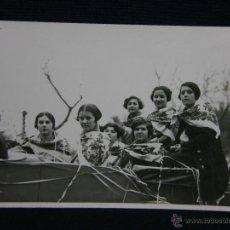Fotografía antigua: FOTOGRAFÍA RETRATO GRUPO DESFILE CARROZAS MUJERES CON MANTÓN DE MANILA COCHE DESCAPOTABLE. Lote 44786881