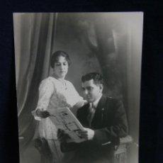 Fotografia antiga: FOTOGRAFÍA RETARO MATRIMONIO CUBANO LEYENDO EL PERIÓDICO FOTÓGRAFO J NUÑEZ HABANA CUBA 1918. Lote 44786941