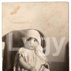 Fotografía antigua: NIÑO O NIÑA SOBRE SILLA. AÑOS 20. FOTÓGRAFO DESCONOCIDO. PROCEDENCIA ALICANTE CIUDAD.. Lote 44871385