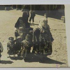 Fotografía antigua: FOTOGRAFIA DE LA ALBERCA, SALAMANCA, TRAJE REGIONAL DE CHARRA, FOTO KINDEL, MIDE 22,8 X 17 CMS.. Lote 44997912