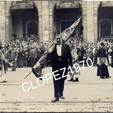 Fotografía antigua: SEVILLA,1922, PROCESION CON EL PENDON DE LA CIUDAD,EN HONOR DE LOS REYES ALFONSO XIII Y VICTORIA EUG. Lote 45377268