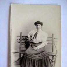 Fotografía antigua: ANTIGUA FOTOGRAFÍA : JOVEN EN UN BANCO. FOT. ORAW RAFF, VALENCIA. Lote 45825900