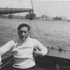 Fotografía antigua: LOTE DE TRES FOTOGRAFIAS PERSONAJES NAVEGANDO EN VELERO 1930. Lote 41426742