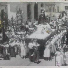 Fotografía antigua: FOTO POSTAL DE UNA PROCESION DE SEMANA SANTA. REVERSO POST CARD, FOTOGRAFO ILEGIBLE. Lote 49248785