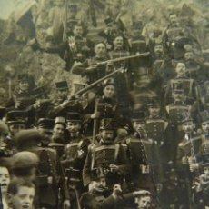 Fotografía antigua: MILITARES JUGANDO , APUNTANDO AL FOTOGRAFO , DEGOLLANDO, ETC , PRINCIPIOS DE SIGLO. Lote 49548493