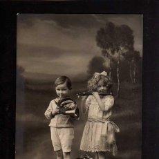 Fotografía antigua: POSTAL FOTOGRÁFICA. HERMANOS TOCADO INTRUMENTOS. CIRCULADA .. Lote 49599655