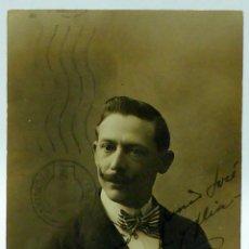 Fotografía antigua: FOTO POSTAL CABALLERO BIGOTE PAJARITA RAYAS ESTUDIO YO MADRID CIRCULADA SELLOS 1916. Lote 49636693