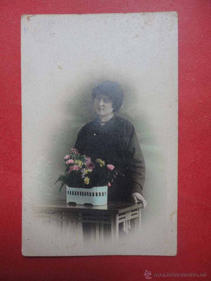 TARJETA POSTAL. MUJER CON FLORES. 1925 (Fotografía Antigua - Tarjeta Postal)