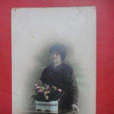 Fotografía antigua: TARJETA POSTAL. MUJER CON FLORES. 1925. Lote 49748967
