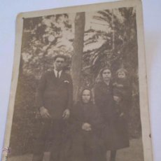 Fotografía antigua: ANTIGUA FOTO POSTAL FAMILIA EN PARQUE MARIA LUISA,SEVILLA?.AÑOS 20,30. Lote 49759503