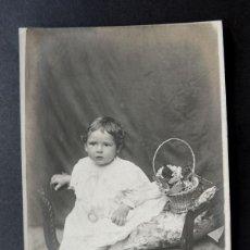 Fotografía antigua: RETRATO DE NIÑO EN DIVAN CON TRAJE ANTIGUO / B. ADER - CASTELLI. Lote 49894367