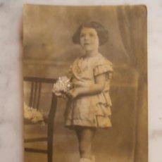 Fotografía antigua: POSTAL ANTIGUA NIÑA CON RAMO DE FLORES SIN CIRCULAR. Lote 50995264