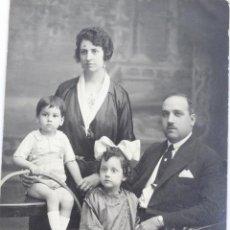 Fotografía antigua: F-1012. FOTOGRAFIA DE FAMILIA. ESTUDIO NIEPCE. JUNIO 1922. FORMATO TARJETA POSTAL.. Lote 51092959